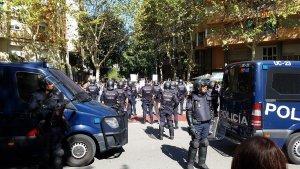 Imatge de la Policia Nacional davant la seu de la CUP.