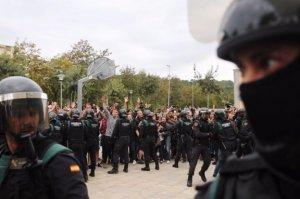 Càrregues de la Guàrdia Civil a la plaça del pavelló de Sant Julià de Ramis