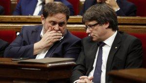 El conseller d'Economia de la Generalitat, Oriol Junqueras i el president de la Generalitat, Carles Puigdemont al Parlament