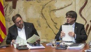El vicepresident Oriol Junqueras i el president de la Generalitat Carles Puigdemont en la reunió del Consell Executiu d'aquest dimarts, 24 d'octubre