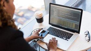 Imatge d'arxiu d'un informàtic fent coses d'informàtics.