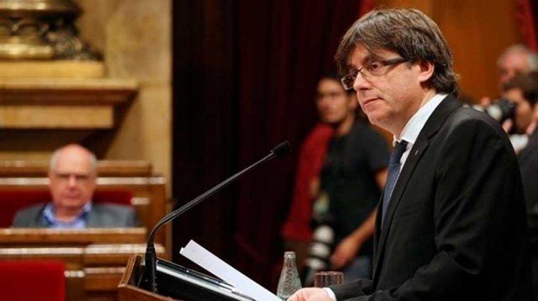Carles Puigdemont, president de la Generalitat, declarant la independència de Catalunya al Parlament