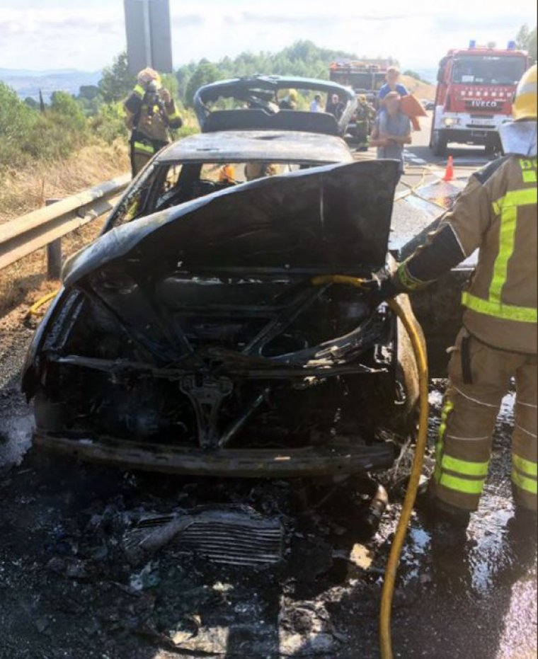 Imatge de com ha quedat el cotxe a causa de l'incendi.