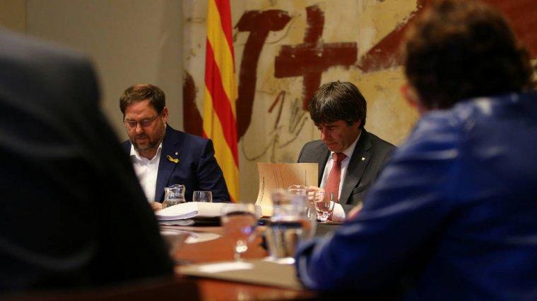 Oriol Junqueras i Carles Puigdemont, durant la reunió del Consell Executiu d'aquest 24 d'octubre