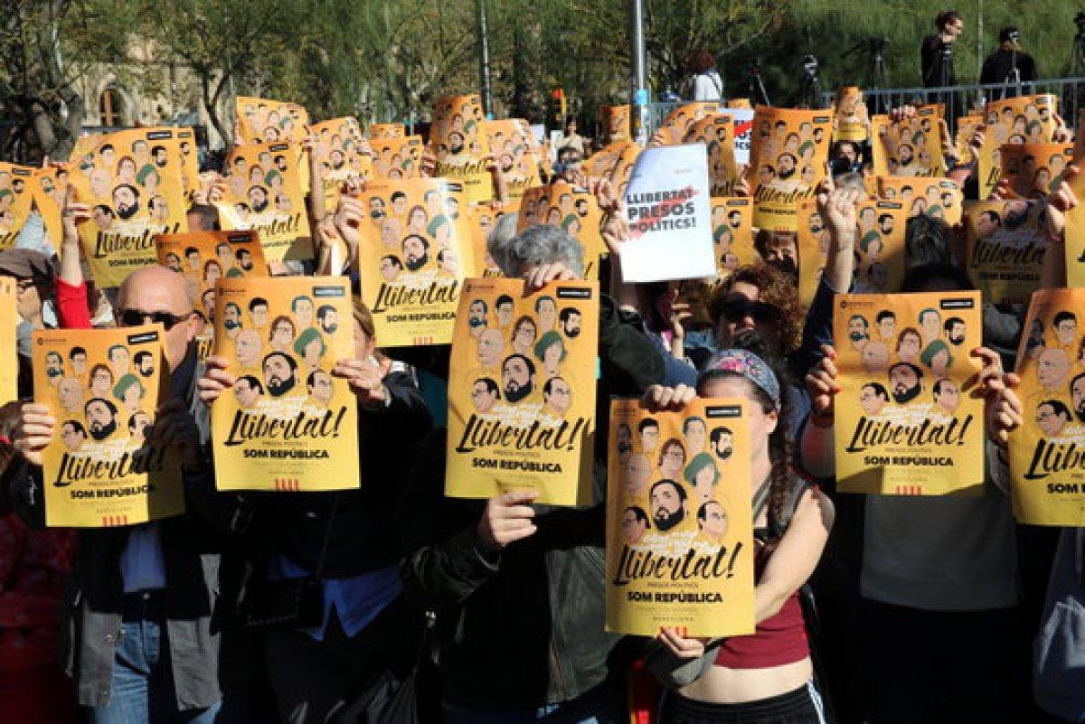 Encartellada reivindicativa arreu de catalunya per demanar - Placa universitat barcelona ...