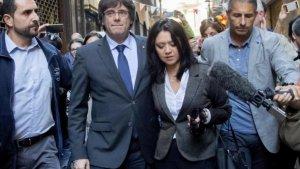 Imatge de Puigdemont i la seva dona Marcela Topor passejant per Girona.