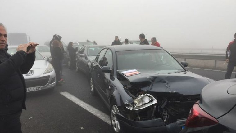Imatge de d'un dels accidents múltiples a l'A-2 que han implicat fins a una quarentena de vehicles