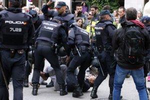 Imatge d'un home carregat per la Policia Nacional el passat 1-O
