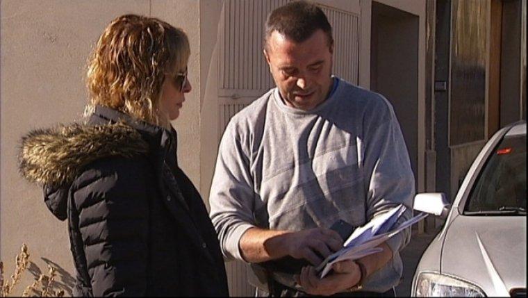 Una reportera de TV3 amb un dels denunciants
