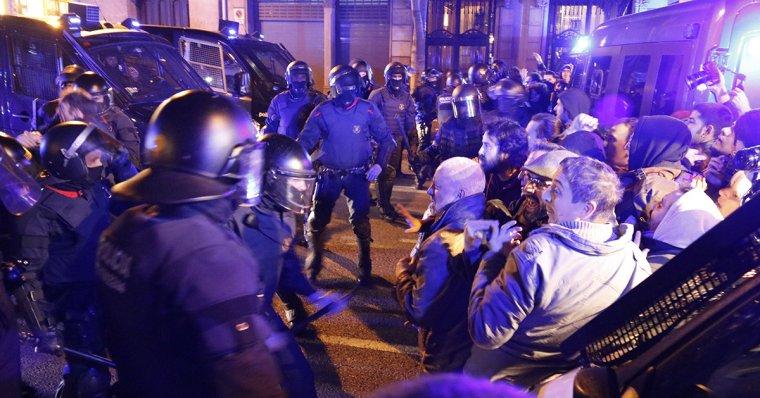 Els Mossos d'Esquadra, durant les càrregues d'aquest divendres a Barcelona.