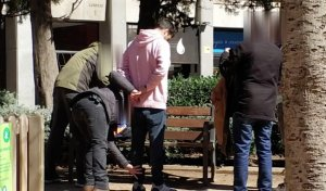Agents dels Mossos durant la detenció de l'home, en un parc de Barcelona.