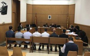 Els set agents dels Mossos, al banc dels acusats abans de l'inici del judici.