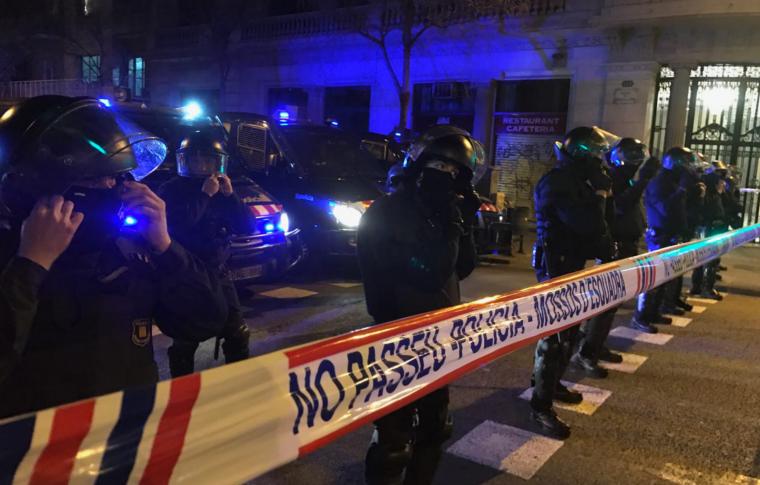 Agents de la Brigada Mòbil dels Mossos d'Esquadra, a Barcelona.