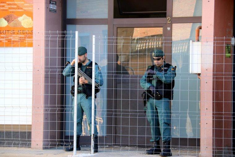 Agents de la Guàrdia Civil a la porta de casa de la detinguda a acusada de terrorisme.