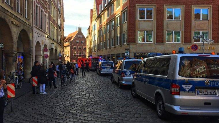 Efectius d'emergència i de la policia a la zona de l'atac terrorista.