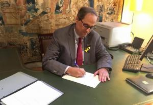 El president Quim Torra signant el decret de nomenament dels consellers del Govern.