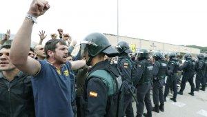 La Guàrdia Civil intentant accedir a un centre durant l'1-O