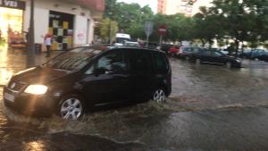 L'aigua ha inundat carrers del centre de Reus