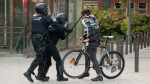 Moment de la càrrega que va ferir al ciutadà a l'orella.