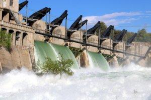 Pla general de les comportes del pantà de Talarn desembassant aigua