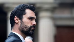 Roger Torrent, a l'exterior del Parlament de Catalunya