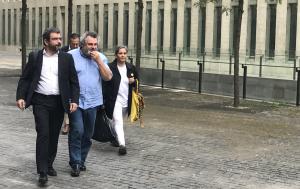 Terradellas, acompanyat del seu advocat, sortint de la Ciutat de la Justícia.
