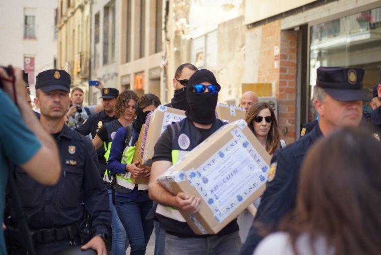 Agents de la Policia Nacional sortint d'un escorcoll a Reus.