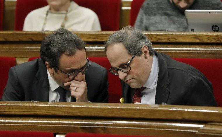 El conseller cessat Josep Rull parlant amb el president Torra al Parlament. Foto d'arxiu.