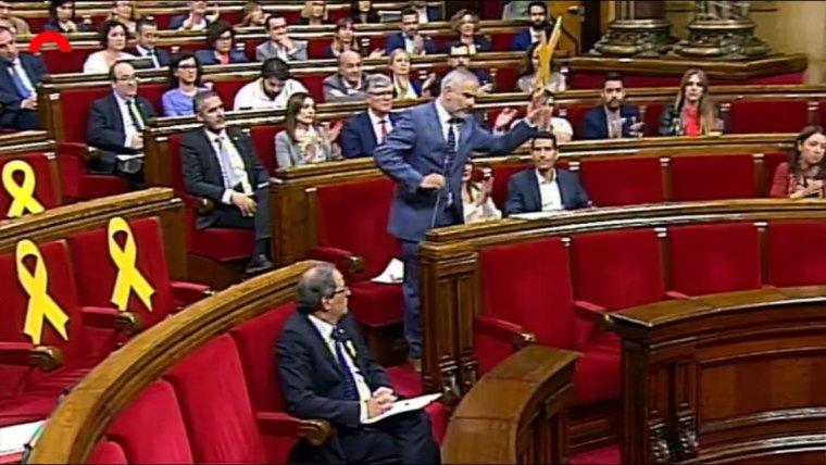 El diputat de Ciutadans, Carlos Carrizosa ha decidit retirar un llaç groc al Parlament