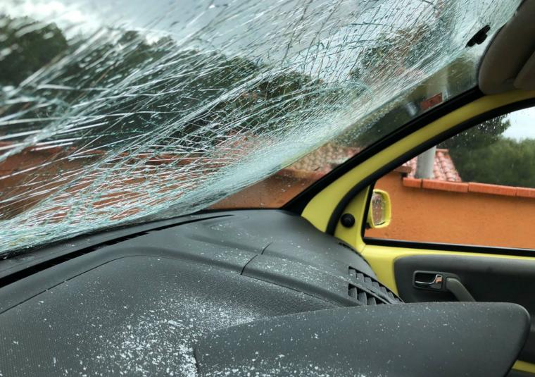 Imatge de l'interior del cotxe de Jenn Díaz, destrossat per un cop de pedra.
