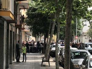 Diverses persones davant la casa de López Ortiz, a l'espera que arribés a fer la reconstrucció