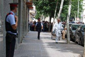 Agents dels Mossos, de la Policia Científica, a la zona del crim de Vilanova i la Geltrú.