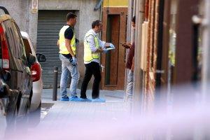 Agents dels Mossos d'Esquadra al pis on han mort l'home, a Santa Coloma de Gramenet.