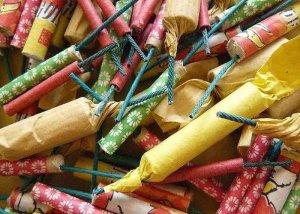 Cada any es llencen tones de petards per Sant Joan