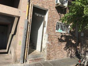 Imatge de l'entrada del pis del carrer Solsona, 17, on han passat els fets