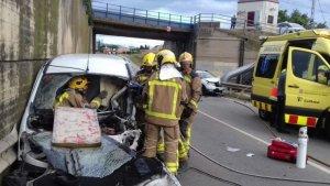 Imatge dels Bombers, excarcerant un dels conductors de l'accident al Far d'Empordà