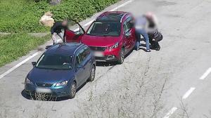 Imatge dels membres de la banda robant a uns turistes, a l'AP-7.