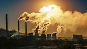 La contaminació de les indústries és una de les principals causants del forat de la capa d'ozó