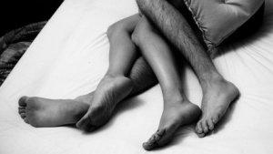 La postura que mantens quan dorms en parella és un indicador de la qualitat de la vostra relació