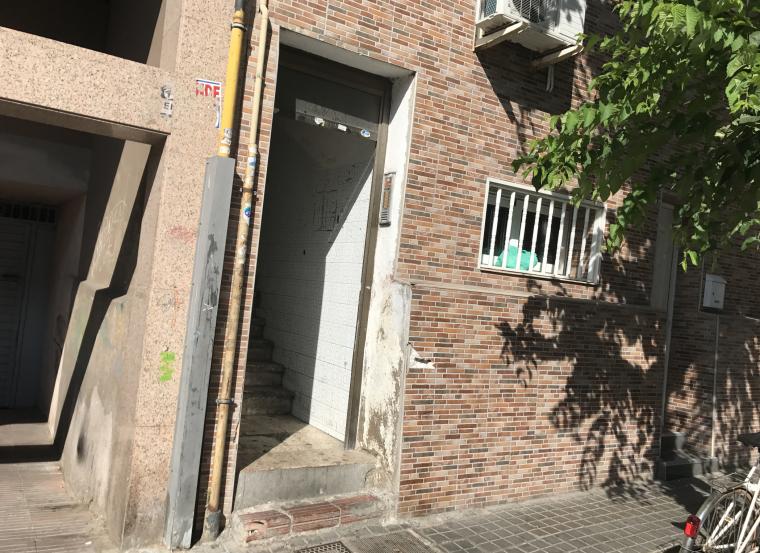 Imatge del bloc on Fermín ha matat a la seva parella, al carrer de Solsona de Badalona.