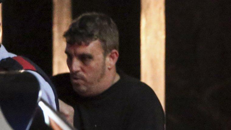 Joan López, presumpte assassí de la Laia, amb les lesions provocades pels tiets de la nena mentre és dirgit pels Mossos d'Esquadra