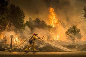 Els bombers lluiten a contra-rellotge contra les flames