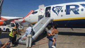 Els passatgers s'han vist obligats a abandonar l'aeronau per un tobogan d'emergència