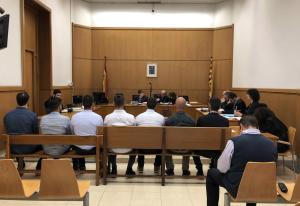 Els set policies de l'ARRO dels Mossos, al banc dels acusats durant el judici oral.