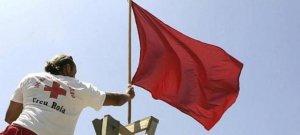 La bandera vermella oneja avui en 18 platges de Barcelona