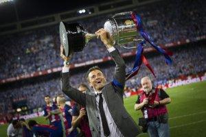 Luis Enrique amb una de les Copes del Rei guanyades pel Barça