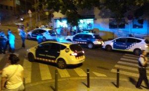 Vehicles dels Mossos i de la Guàrdia Urbana a la zona del tiroteig.