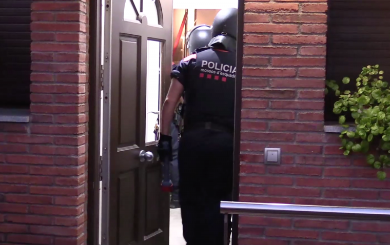 Agents de l'ARRO dels Mossos fent l'entrada a casa dels detinguts.