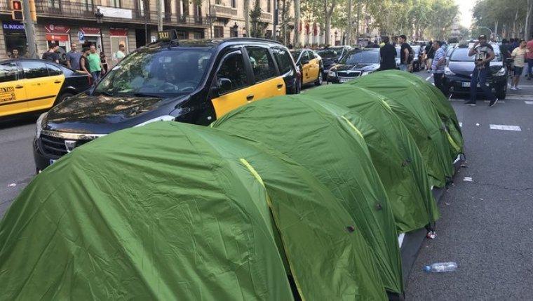 Els taxistes, acampant a la Gran Via de Barcelona