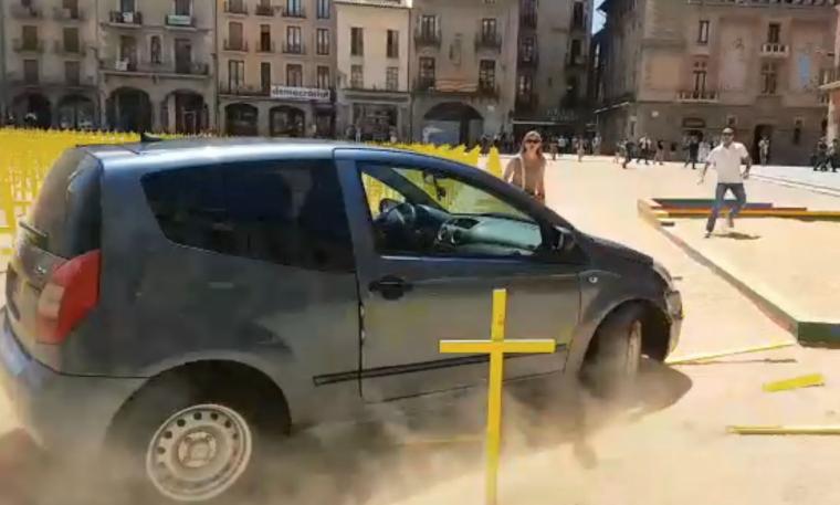 Imatge del cotxe que ha tombat creus grogues a Vic.